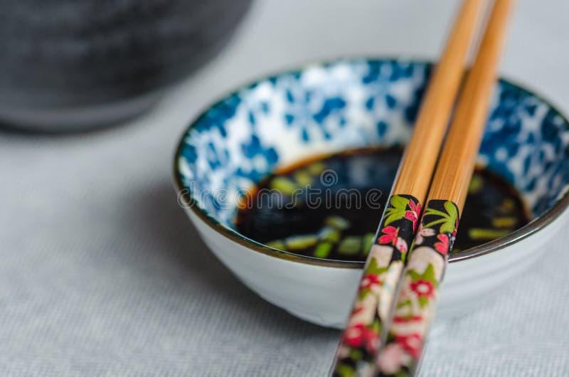 与被绘的花的筷子 库存图片