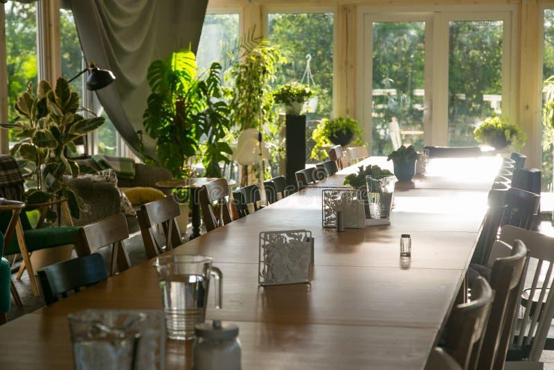 与装置的长的饭桌 免版税库存图片