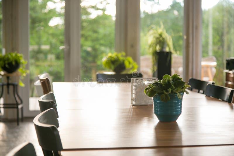 与装置的长的饭桌 免版税图库摄影