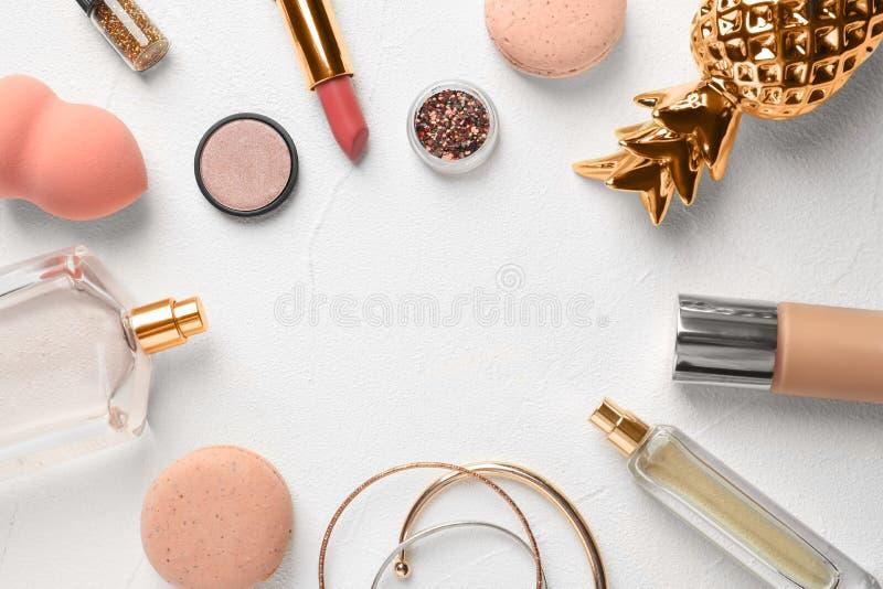 与装饰化妆用品的平的位置构成在轻的背景 库存图片