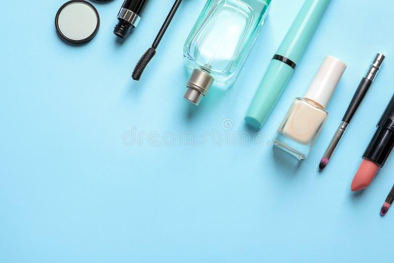 与装饰化妆用品的平的位置构成 免版税库存照片