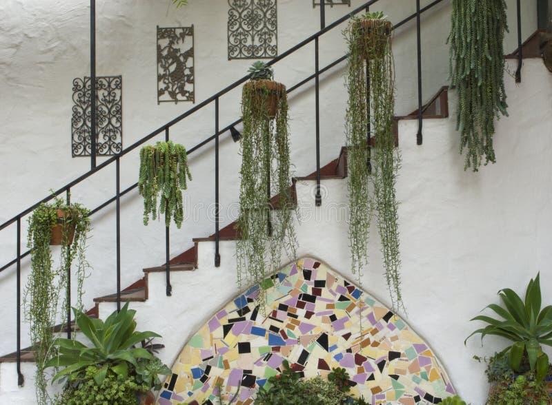 与装饰和叶子的西班牙古色古香的楼梯 库存照片