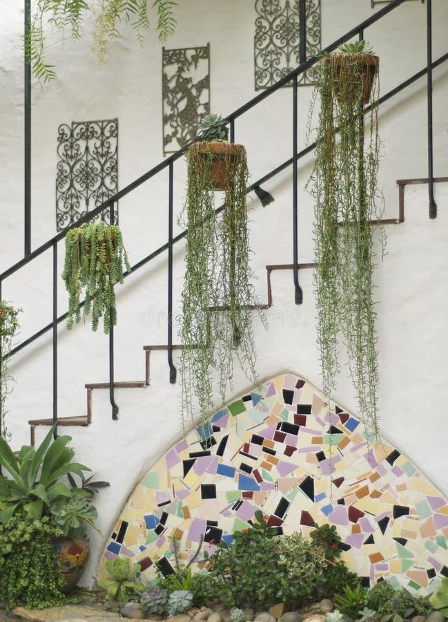 与装饰和叶子,画象的西班牙古色古香的楼梯 库存照片