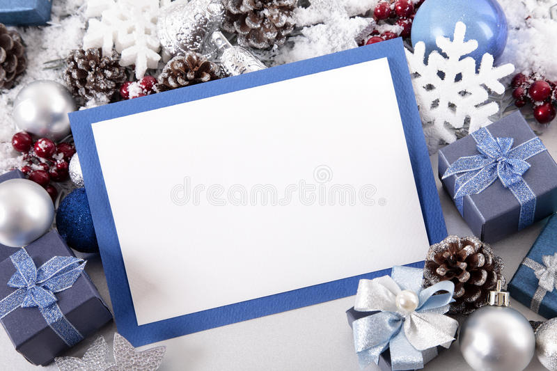 与装饰和拷贝空间的蓝色圣诞卡背景 免版税库存照片