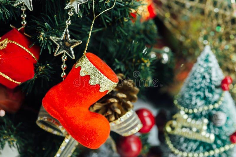 与装饰和礼物盒的圣诞节背景在木 免版税库存图片