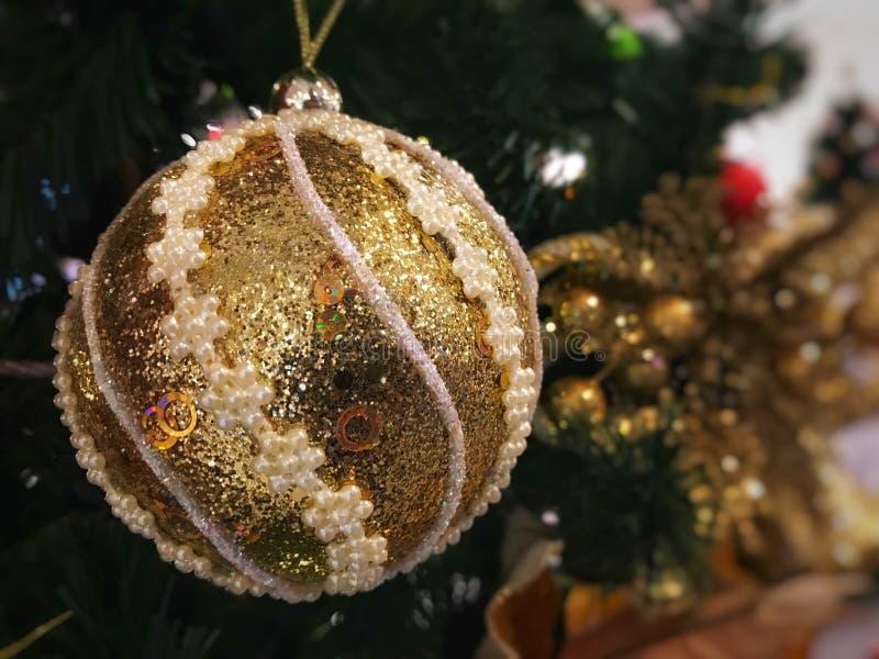 与装饰品圣诞树的金黄球 免版税库存图片