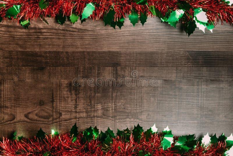 与装饰品的圣诞节背景在木桌 圣诞节和新年快乐横幅的平的位置 库存照片