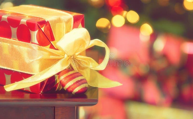 与装饰品的红色和金黄圣诞礼物 免版税库存照片