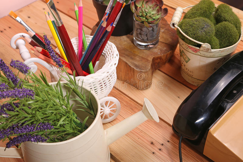 与装饰品的表例如花瓶和电话 免版税库存照片
