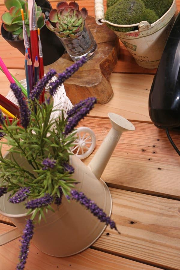 与装饰品的表例如花瓶和电话 库存照片