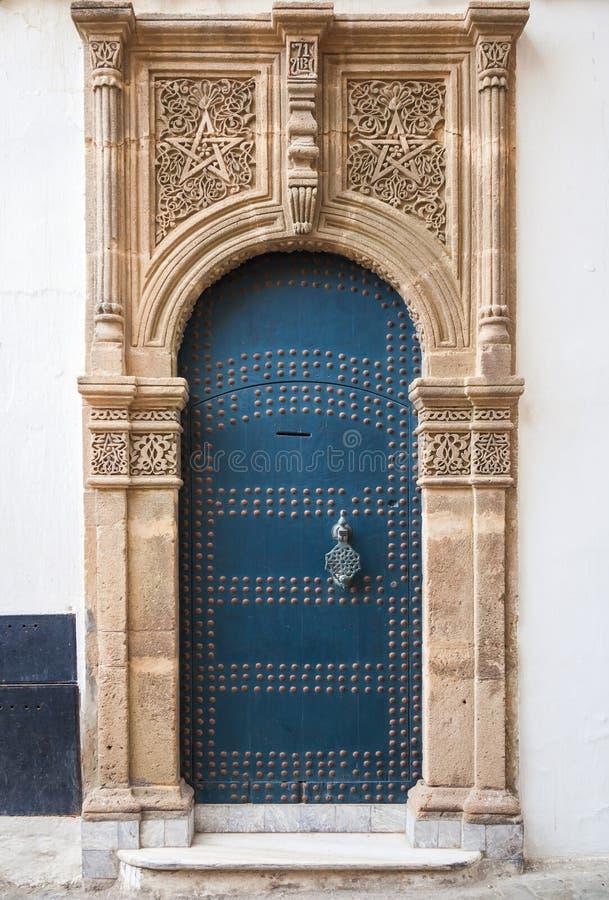 与装饰的古老门 更加气味强烈的摩洛哥 库存照片