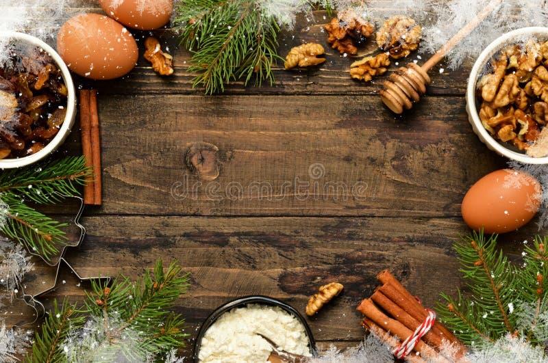 与装饰的圣诞卡片在木背景 Christma 图库摄影