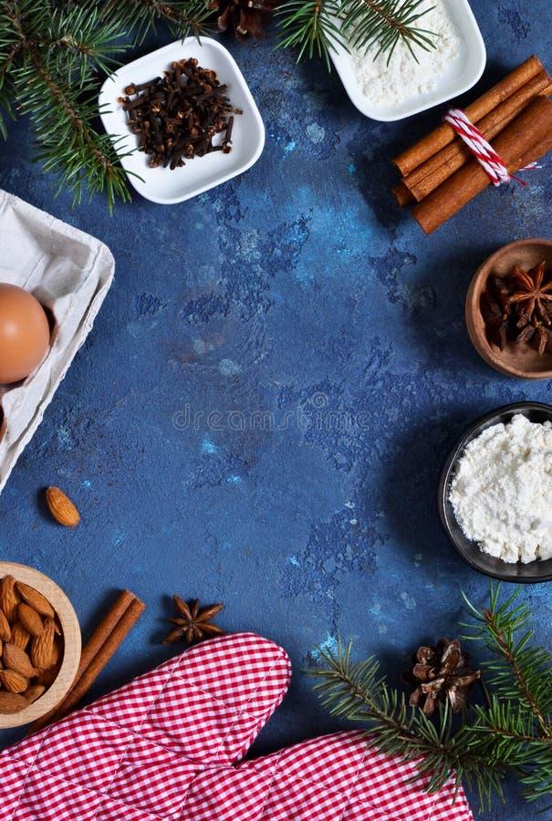 与装饰的圣诞卡片的烘烤 抽象空白背景圣诞节黑暗的装饰设计模式红色的星形 免版税库存图片