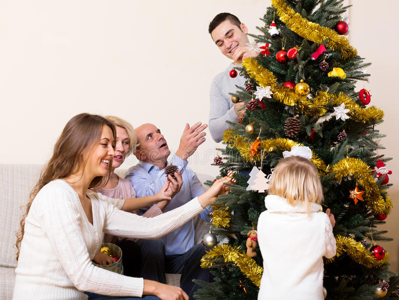 Download 与装饰的圣诞树的家庭 库存照片. 图片 包括有 父项, 微笑, 女儿, 幸福, 祖母, 活动, 生成, 开会 - 59101416