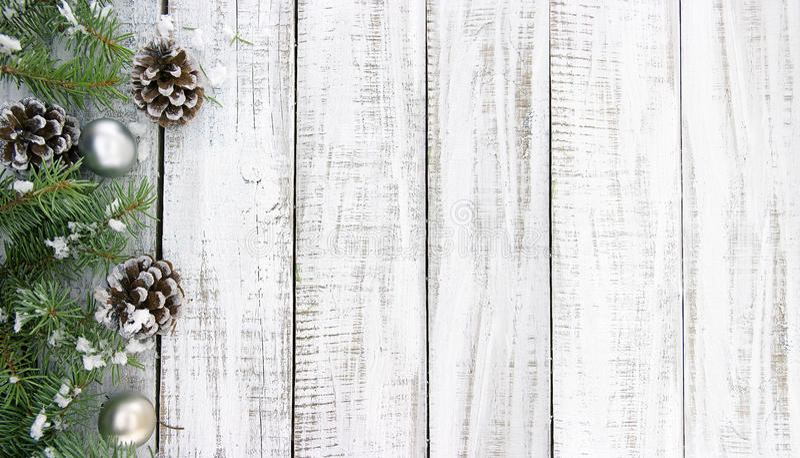 与装饰的圣诞树的构成在白色土气木 免版税库存图片