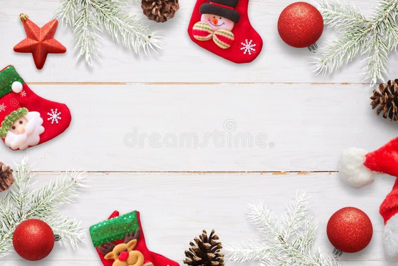 与装饰的圣诞节场面在白色木桌上 殴打等待的圣诞老人礼物 免版税图库摄影