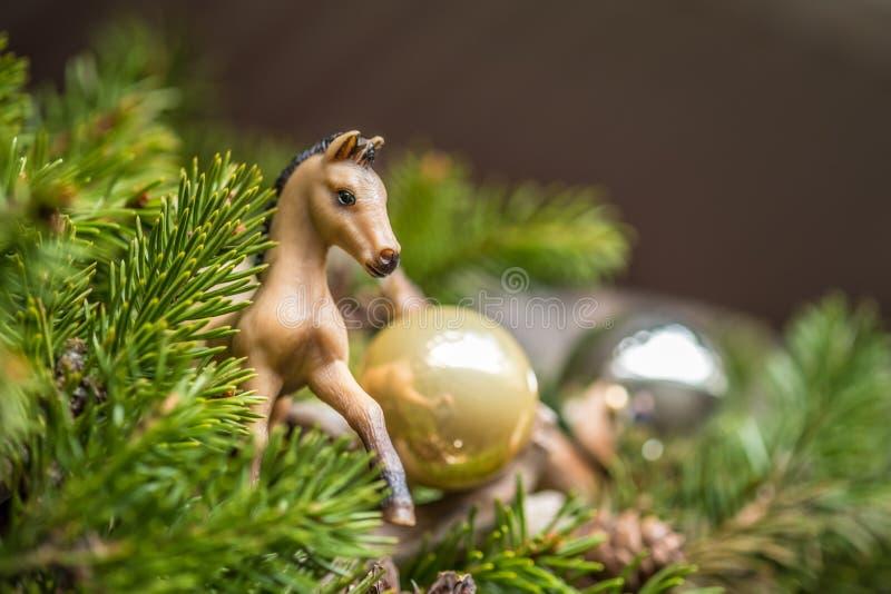 与装饰的圣诞节背景在木板 新年杉木分支除芯 马玩具和球 免版税库存照片