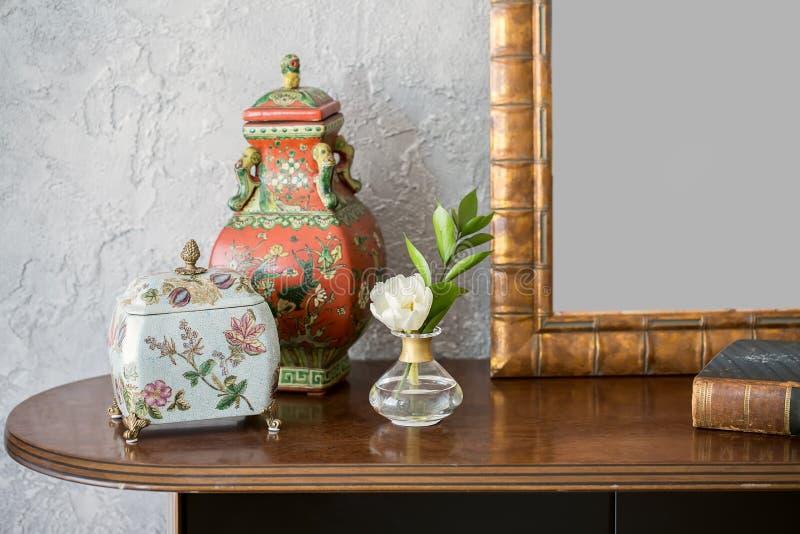 与装饰的木桌面 免版税库存照片