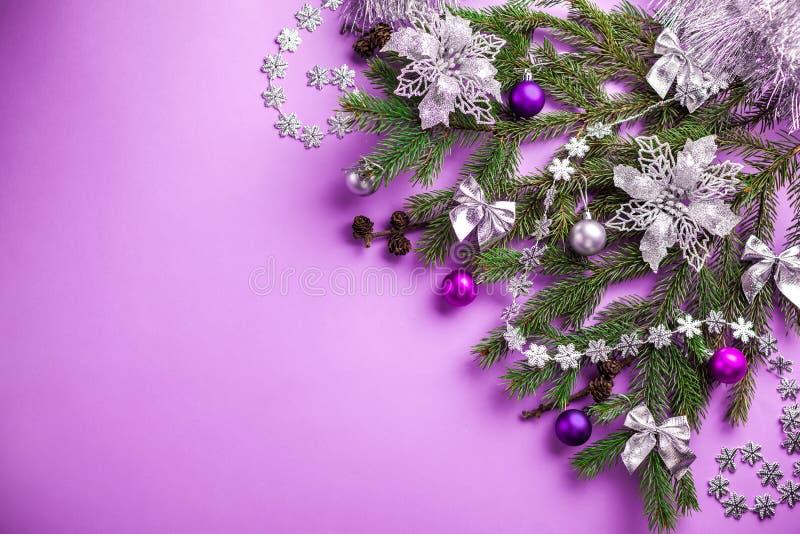 与装饰的杉树和玩具的紫色圣诞节和新年背景 空间 免版税库存照片