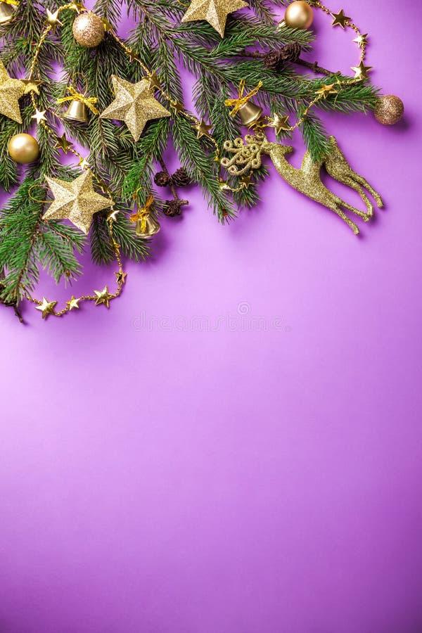 与装饰的杉树和玩具的紫色圣诞节和新年背景 空间 图库摄影