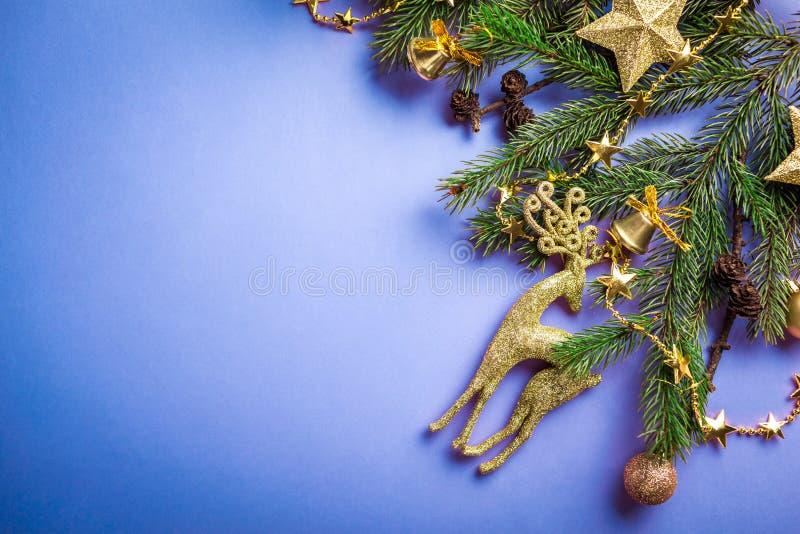 与装饰的杉树和玩具的蓝色圣诞节和新年背景 空间 免版税图库摄影