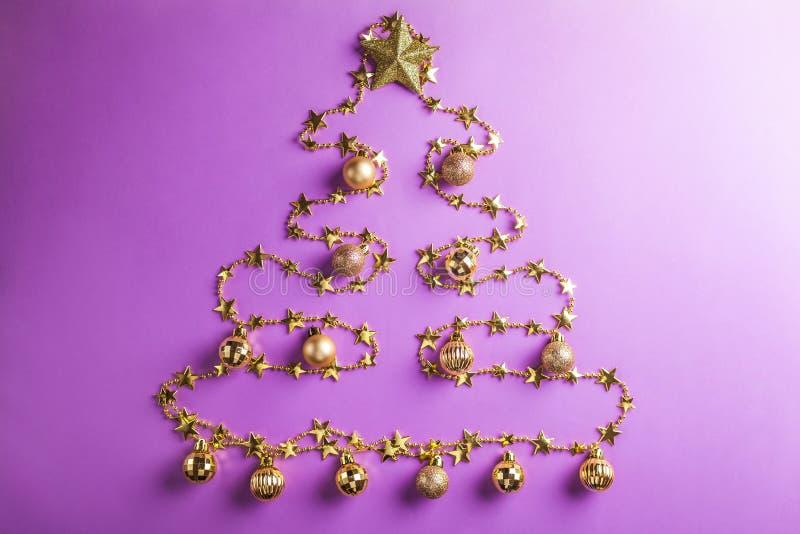 与装饰的杉树和玩具的蓝色圣诞节和新年背景 空间 库存图片