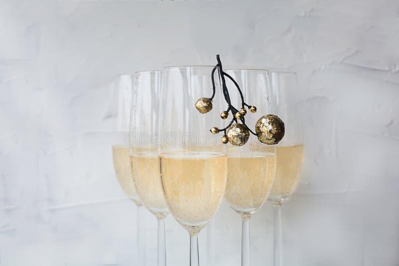 与装饰的玻璃欢乐圣诞节newyear香槟 图库摄影