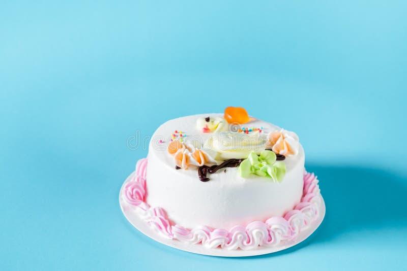 与装饰的被冰的蛋糕 免版税库存图片
