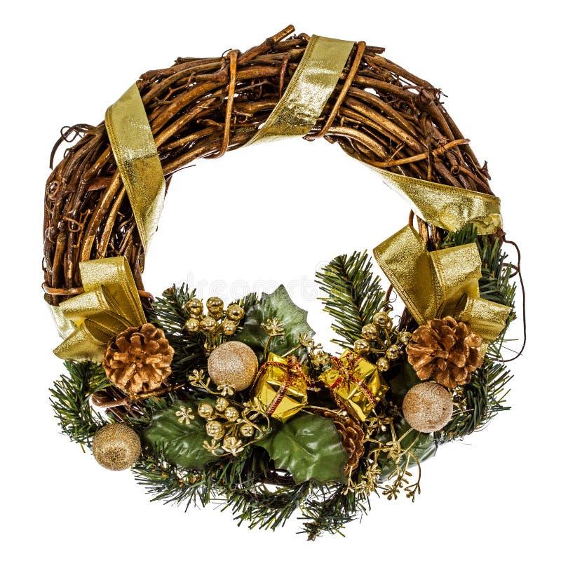 与装饰的绿色圣诞节花圈,隔绝在白色 免版税库存图片