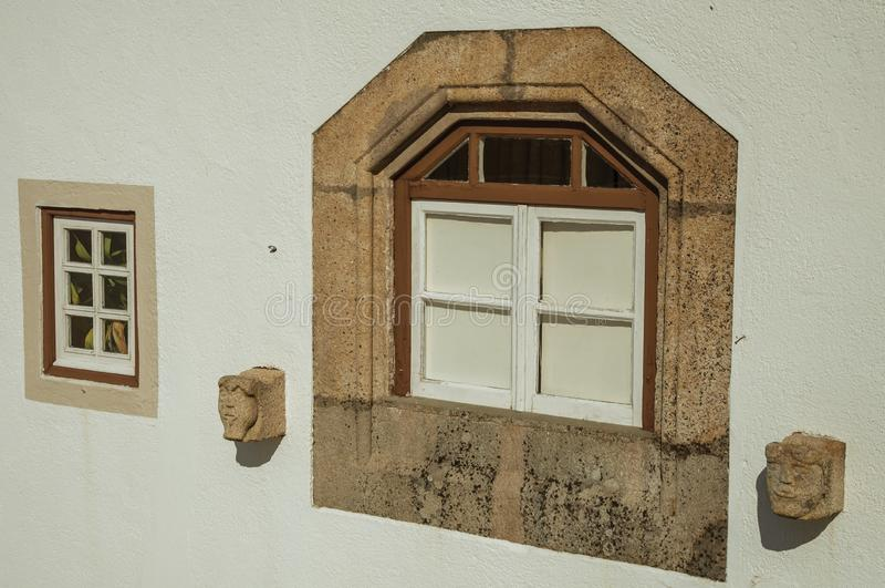 与装饰石框架的给上釉的窗口在马尔旺 库存照片