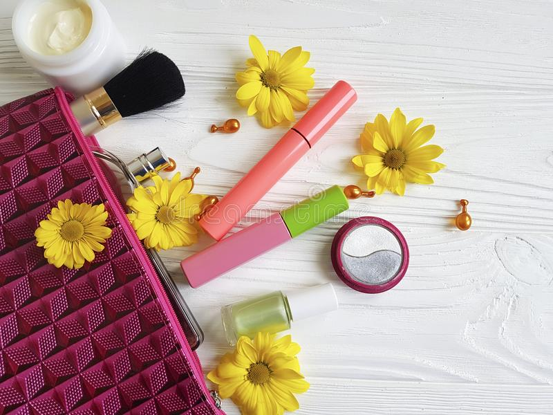 与装饰紧凑秀丽化妆用品的化妆袋子在木 免版税库存图片