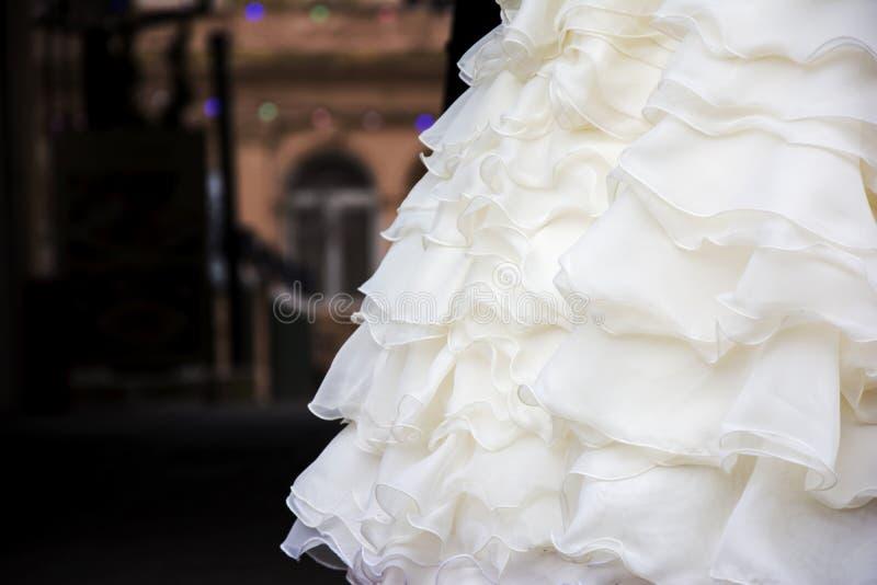 与装饰衣裙的婚礼礼服在立场 免版税库存图片