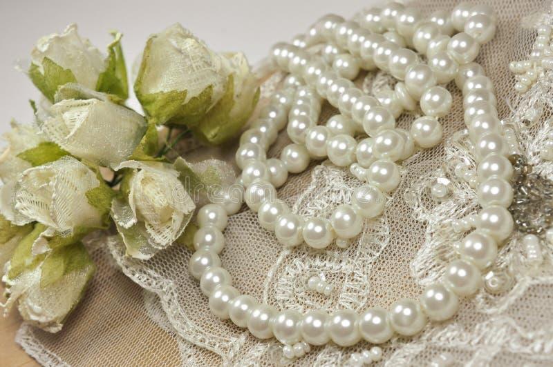 与装饰辅助部件、鞋带和珍珠的婚礼背景 免版税库存照片