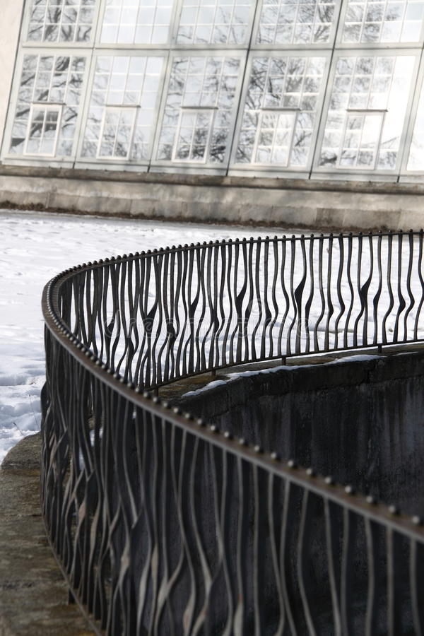 与装饰酒吧的弯曲的金属栏杆 图库摄影