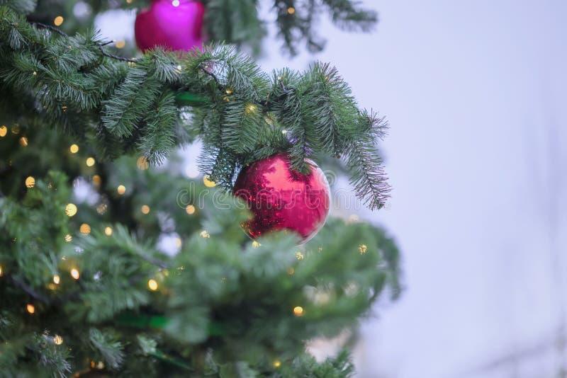 与装饰,圣诞节球,轻的诗歌选的圣诞树 设计的,拷贝空间抽象欢乐背景 免版税库存图片