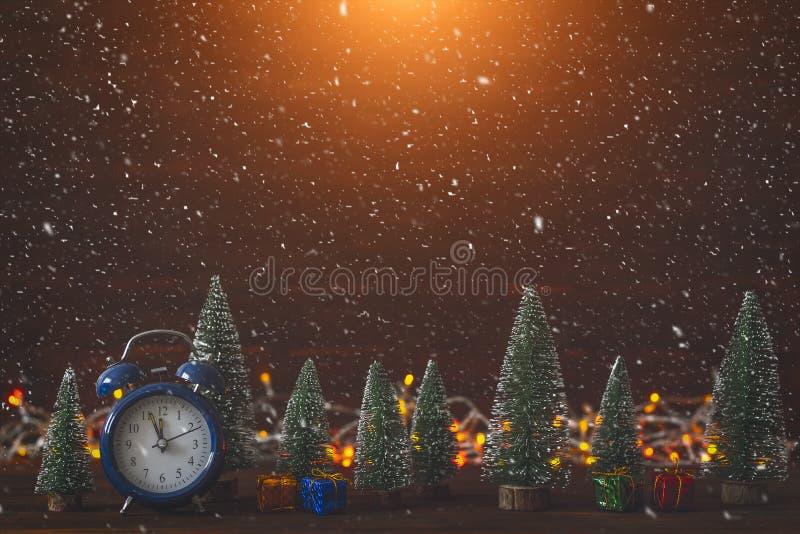 与装饰,在木板的礼物盒的圣诞节背景 读秒的概念 看板卡招呼的新年度 Xmas树 免版税图库摄影