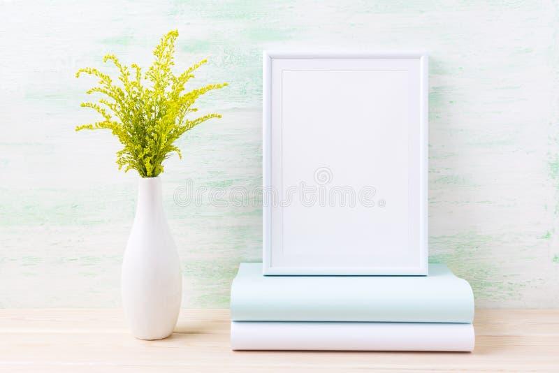 与装饰绿草和书的白色框架大模型 库存照片