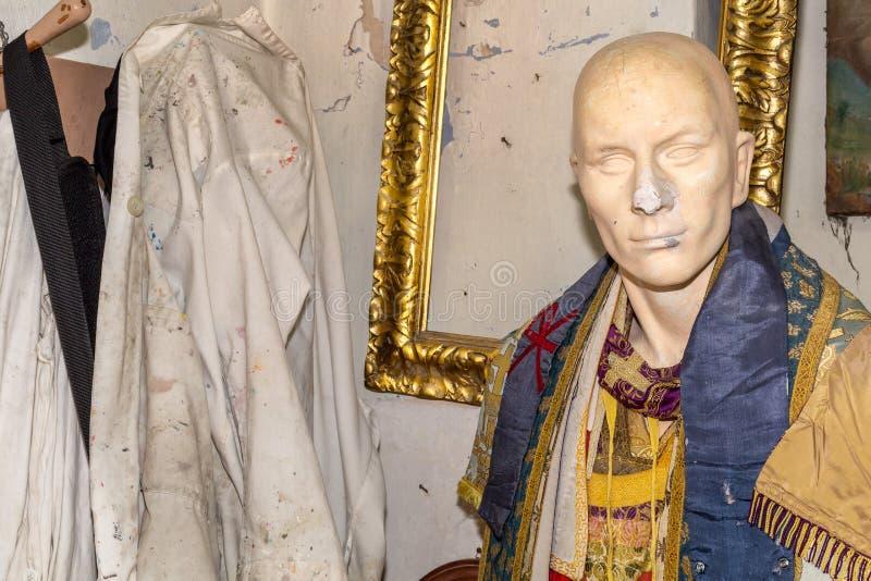 与褂子的雕塑在艺术家演播室关闭, 库存例证