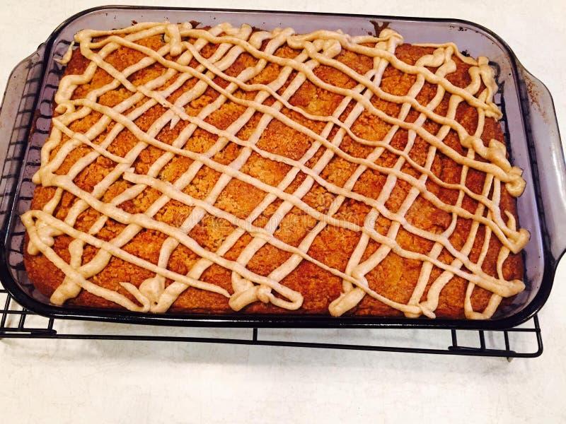 与褐色牛油釉的蓝莓蛋糕 免版税库存照片