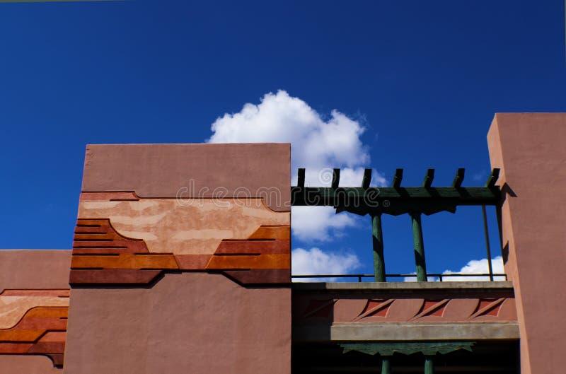 与西南设计的建筑学在反对蓝天与云彩,圣菲,新墨西哥的灰泥 免版税库存图片