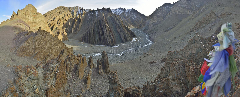与西藏人祈祷的flagas的山风景 库存图片