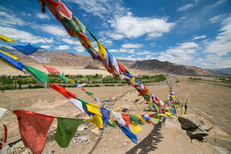 与西藏祷告的五颜六色的佛教祷告旗子对此在莱赫,拉达克,印度附近的修道院里 库存图片
