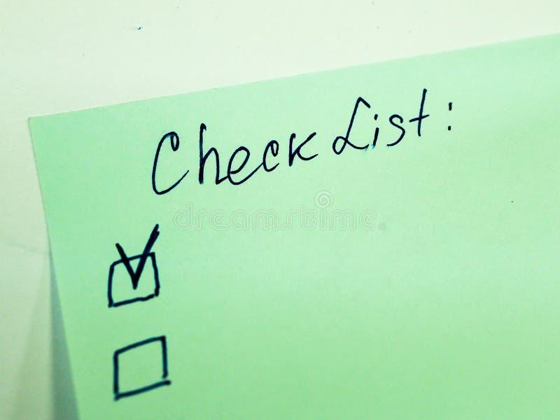 与要做名单的文本的稠粘的笔记,清单 免版税库存照片
