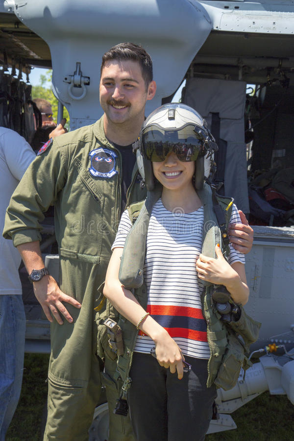 与观众的对抗措施示范的MH-60S直升机试验采取的图片在舰队星期期间2014年 免版税库存图片