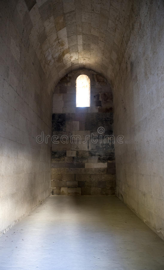 与视窗的老古老城堡石头土牢电池 免版税库存图片