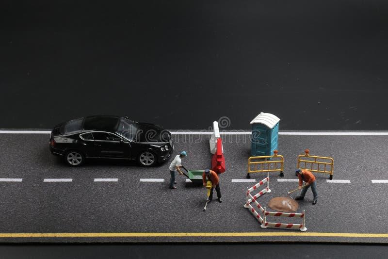 Download 与警报信号的一个微型图在具体街道崩裂了 库存图片. 图片 包括有 人员, 塑料, 纹理, 会议室, 小雕象 - 108712691
