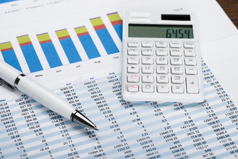与计算器和笔的财务数据板料 免版税库存照片