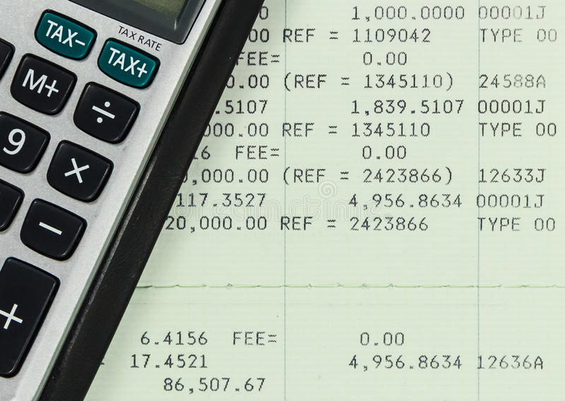 与计算器的储蓄帐户存款簿 图库摄影