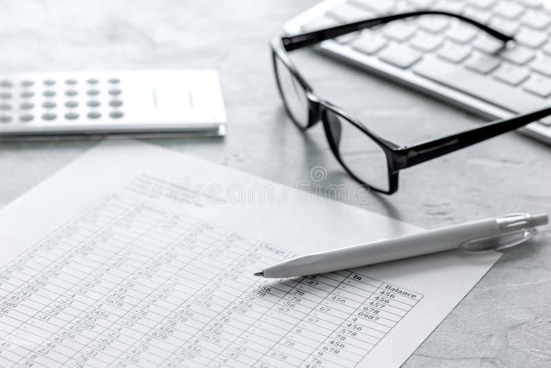 与计算器的税务会计在石书桌背景顶视图的办公室工作区 库存图片