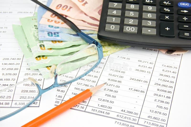 与计算器铅笔和眼镜的堆票据 免版税库存图片
